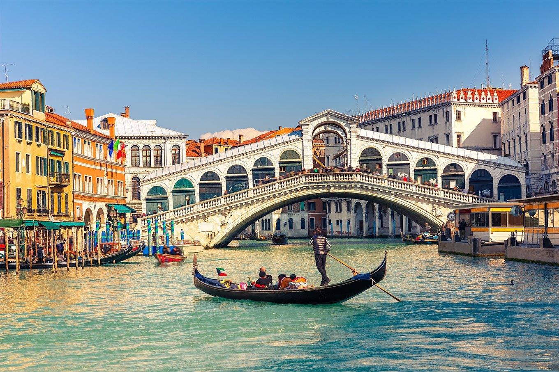 Passeio de gôndola em Veneza. Ponte Rialto