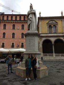 Estátua de Dante. Piazza dei Signori em Verona